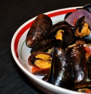 Moules aux oignons, tomates, chorizo et cidre