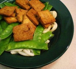Tofu, petit pois et nouilles udon
