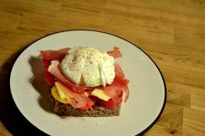 Tartine avec oeuf poché, proscuitto et tomates