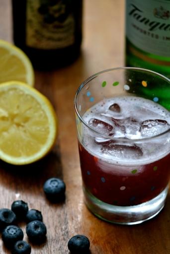 Cocktail à base de Boréale aux bleuets avec citron, gin et bleuets